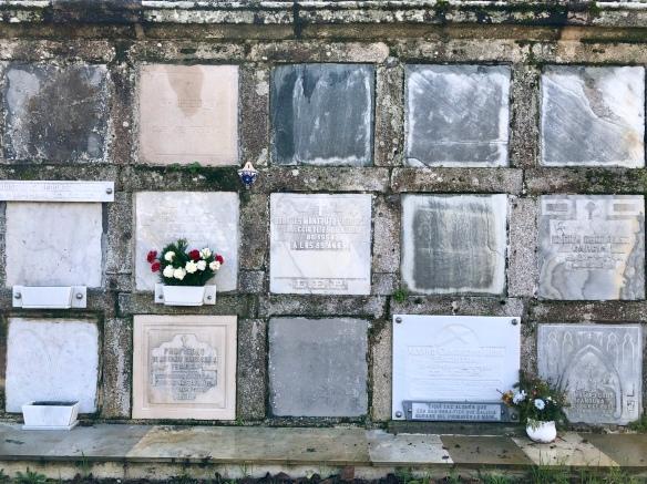 Nichos del cementerio de Mondoñedo. La lápida blanca de la derecha, en la parte inferior, muestra su epitafio.
