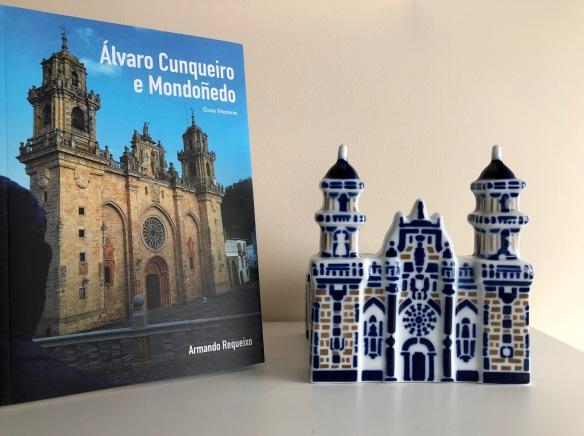 Guía de Cunqueiro y réplica de la catedral de Mondoñedo.