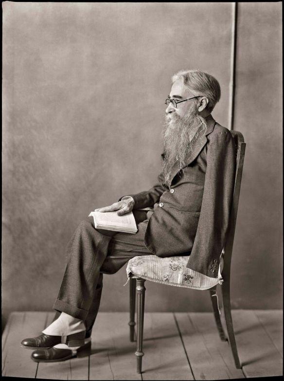 Ramón del Valle-Inclán en el estudio del pintor Echevarría, hacia 1930. (Fototeca del Instituto del Patrimonio Cultural de España, MECD).